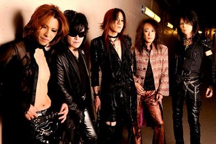 再結成後のカメラ目線で写るメンバー5人のX JAPANの画像